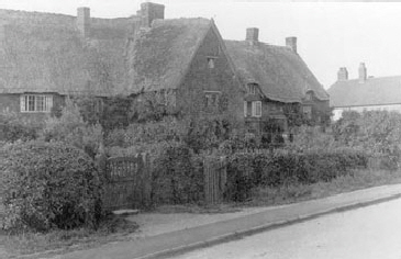Thatched-cottages-Knightcote-1920s